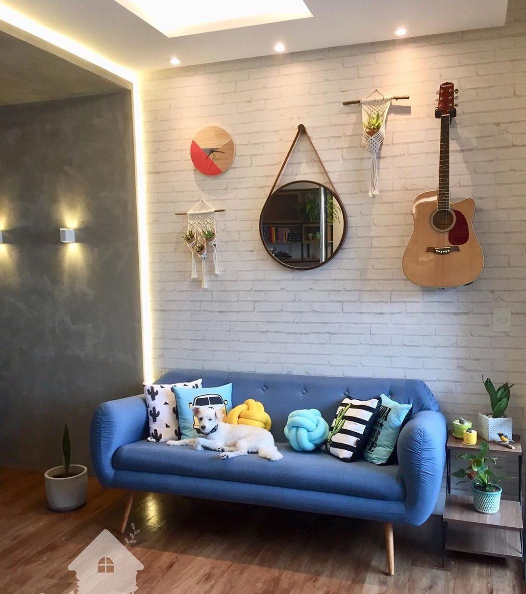 apartamento com decoração joveme sofa azul