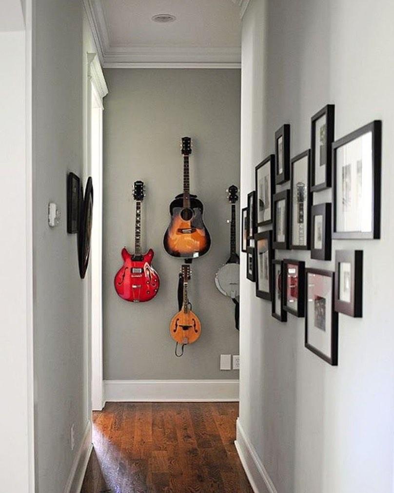 corredor com guitarras penduradas