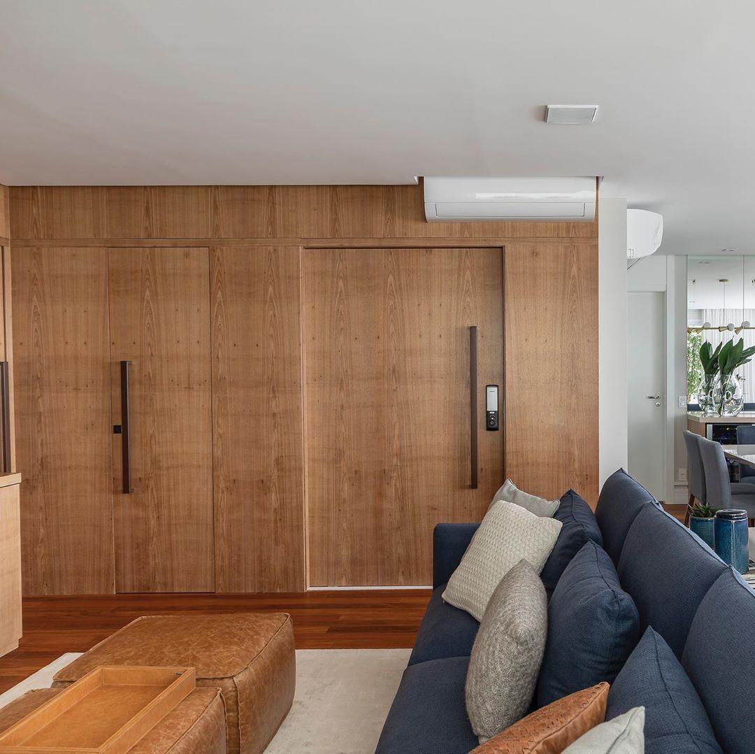 sofa azul e paineis de madeira