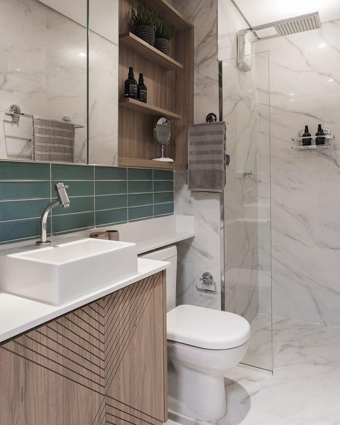 banheiro com detalhe em verde