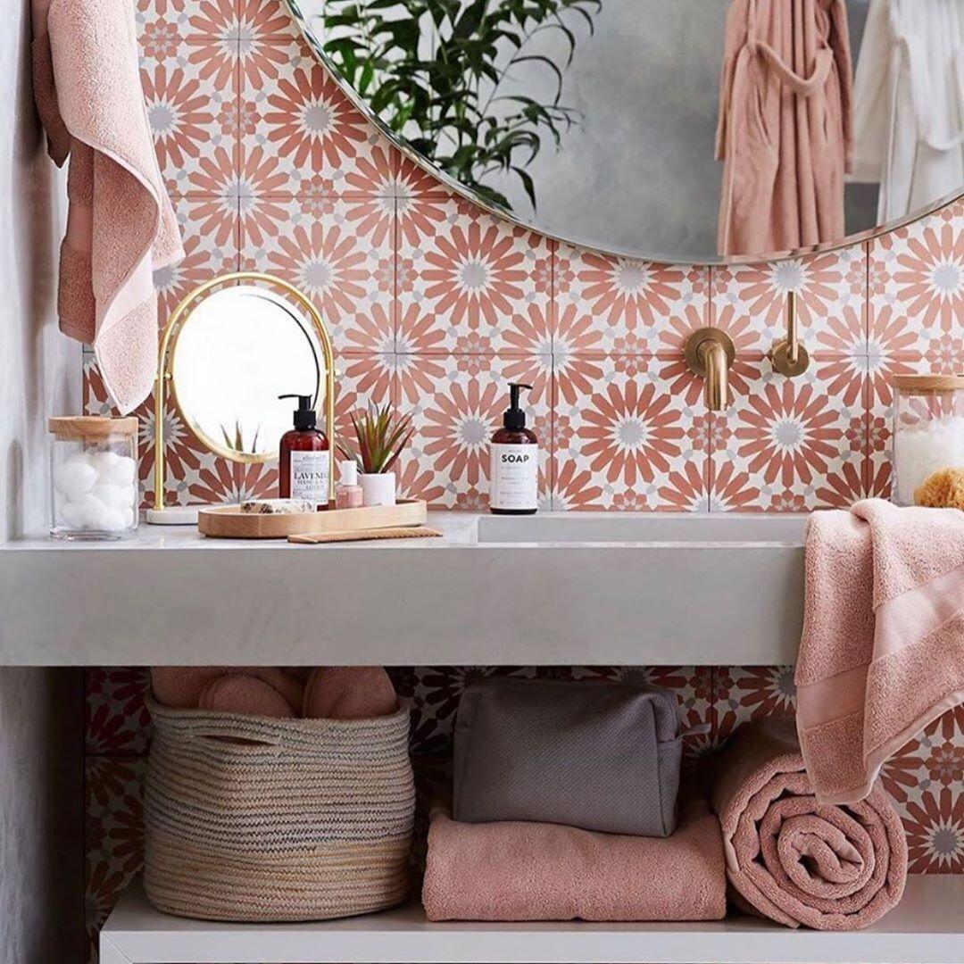 banheiro com revestimento rosa antigo