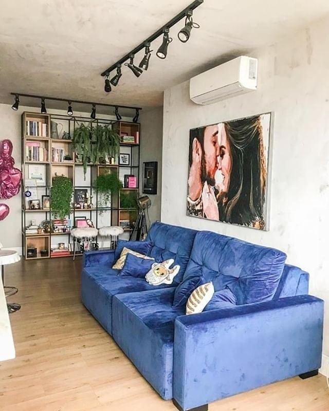 sala industrial com sofa azul