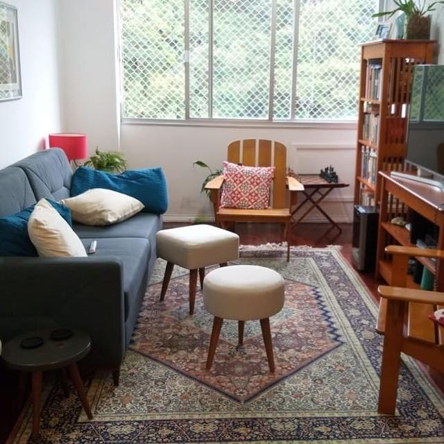 sala rustica com sofa azul