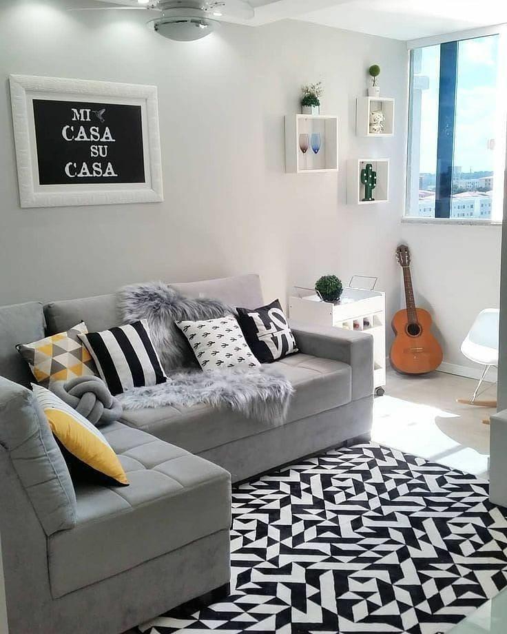 sofá de canto cinza com decoração geométrica