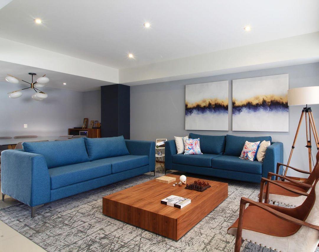 sala moderna com sofa azul