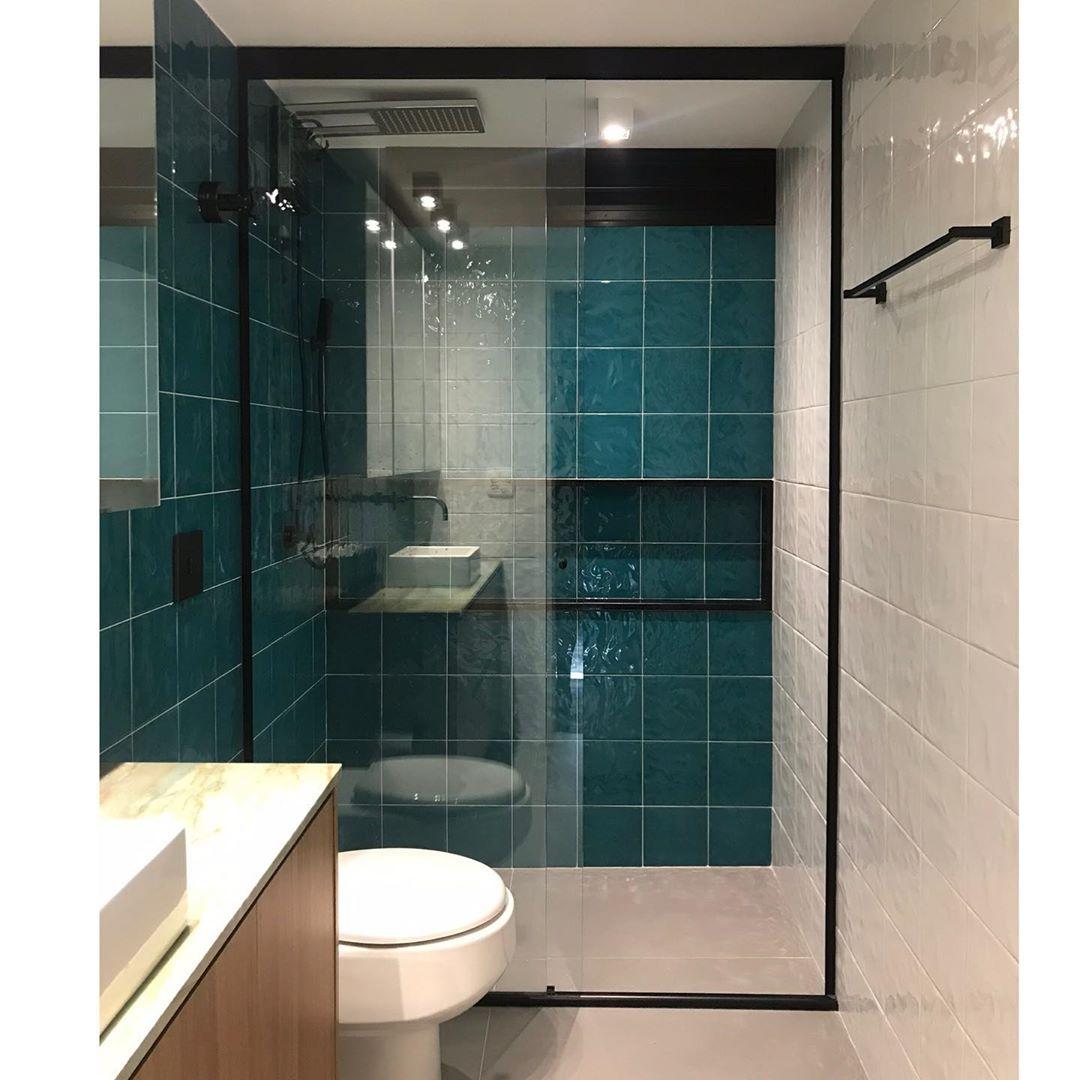 banheiro verde água e branco moderno