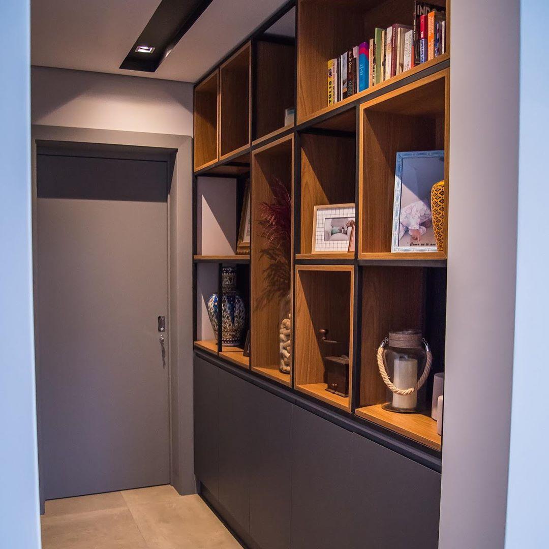 corredor com nichos para guardar livros