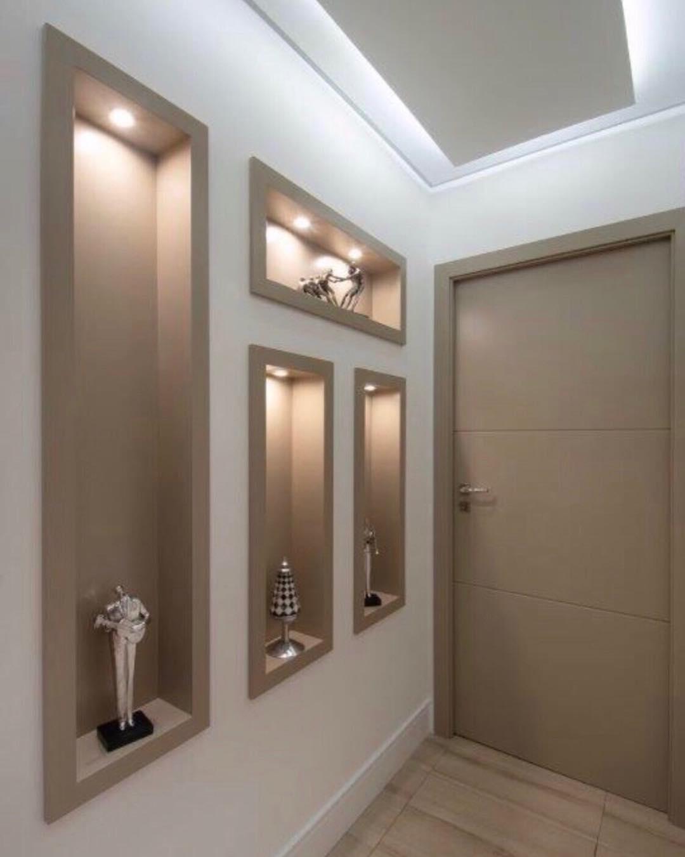 corredor com nichos iluminados
