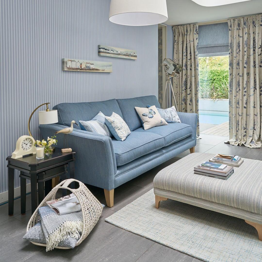 casa de praia com sofa azul