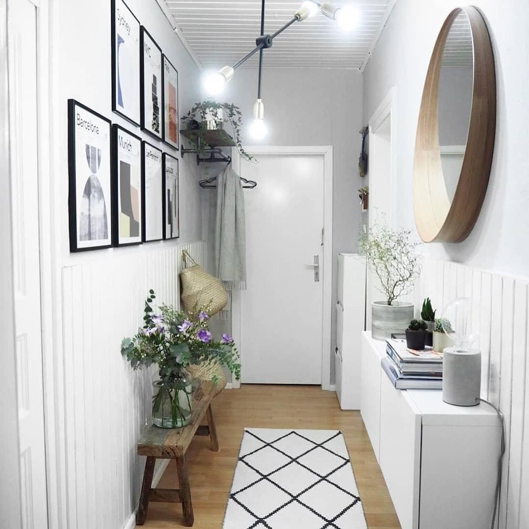 corredor decorado com quadros e moveis