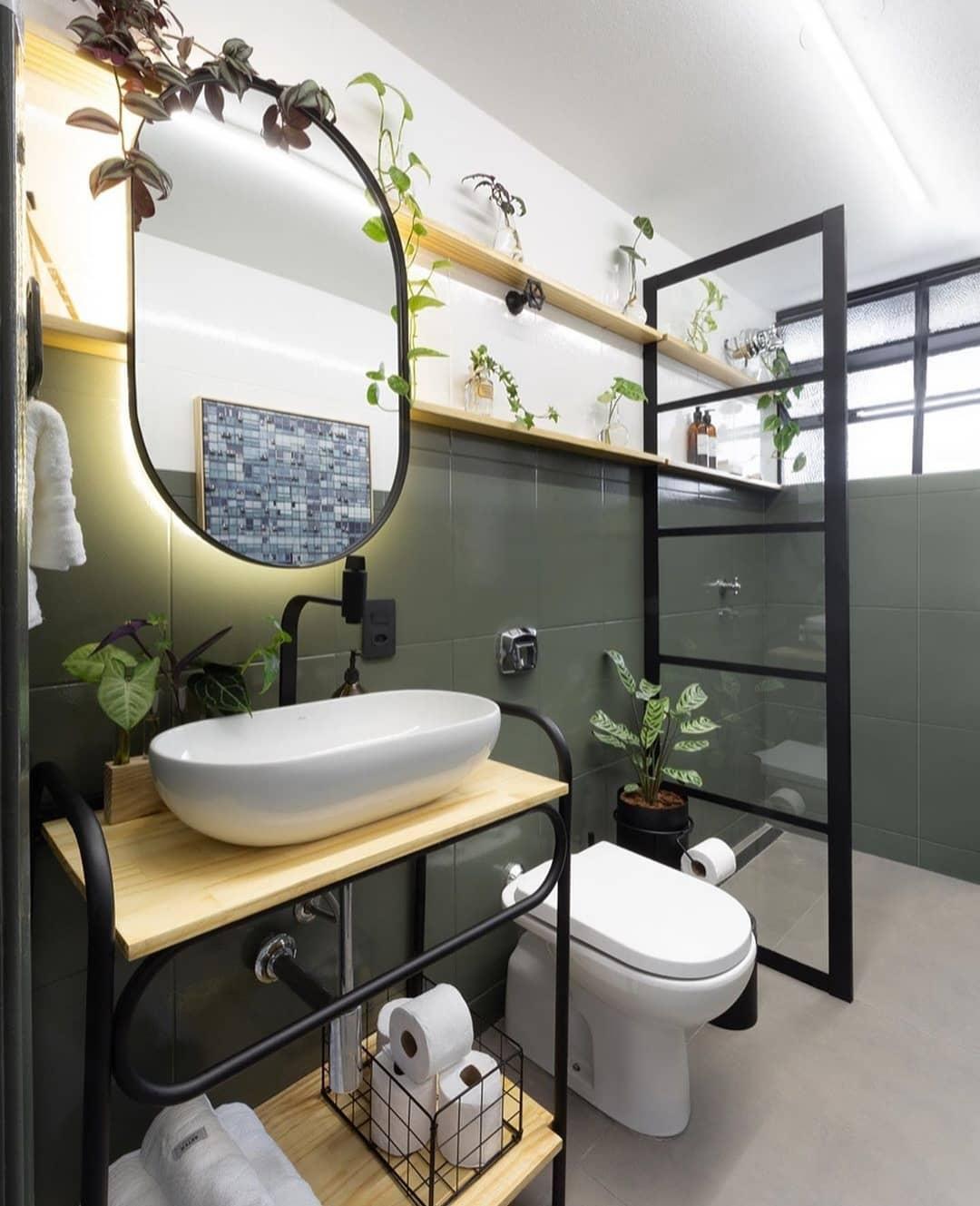 banheiro verde musgo com plantas