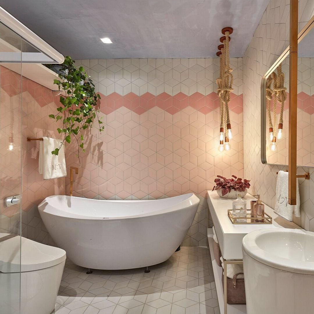 banheiro rosa com banheira