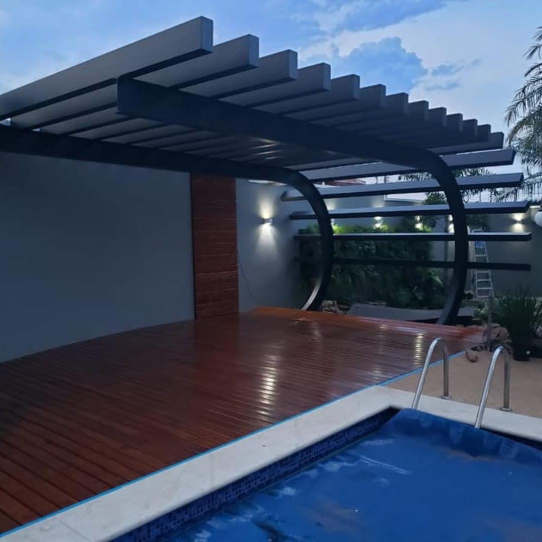 pergolado de ferro em area de piscina