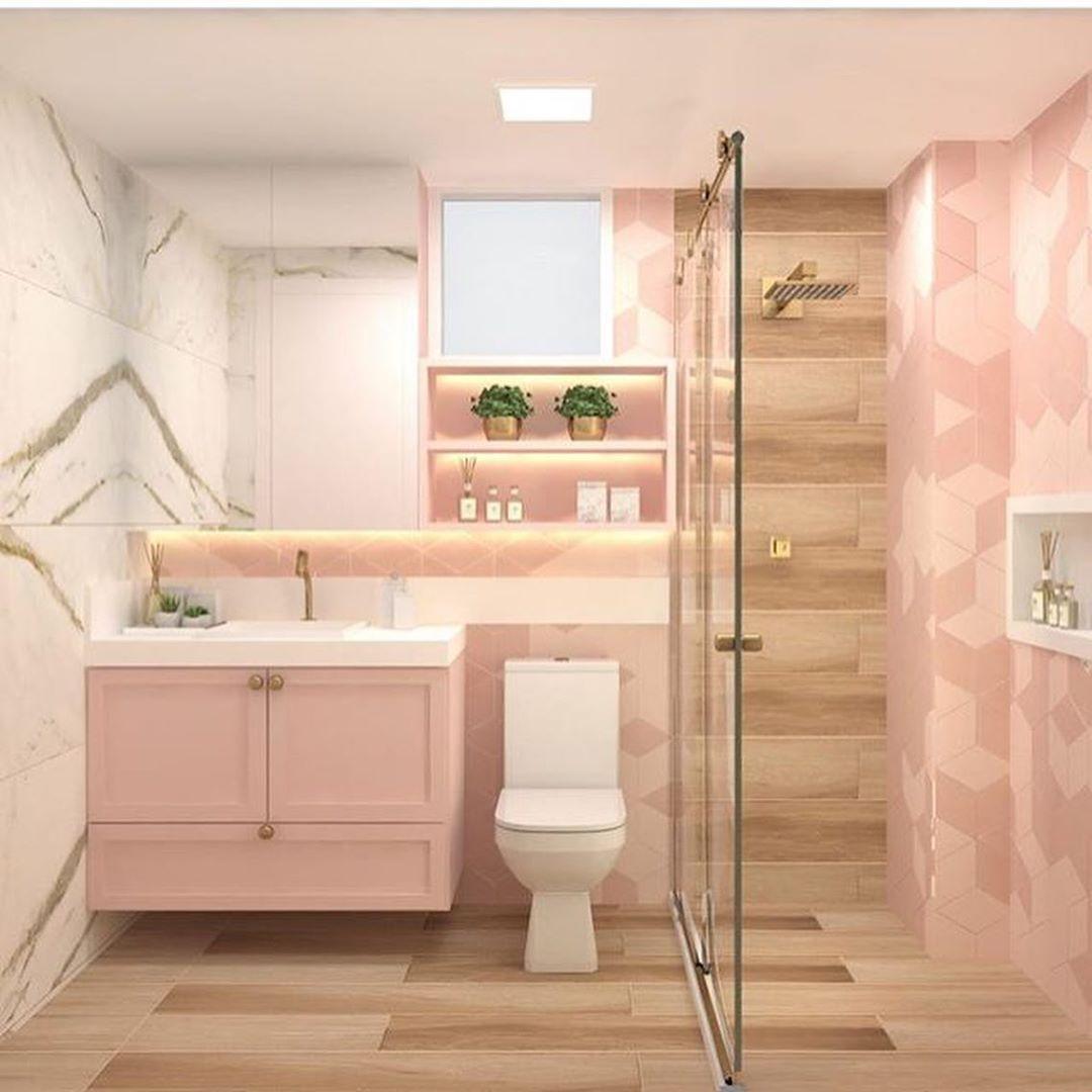 banheiro rosa e amadeirado