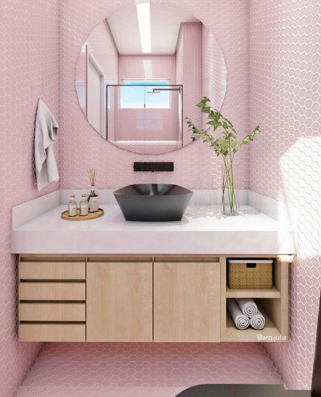 banheiro rosa e amdeirado