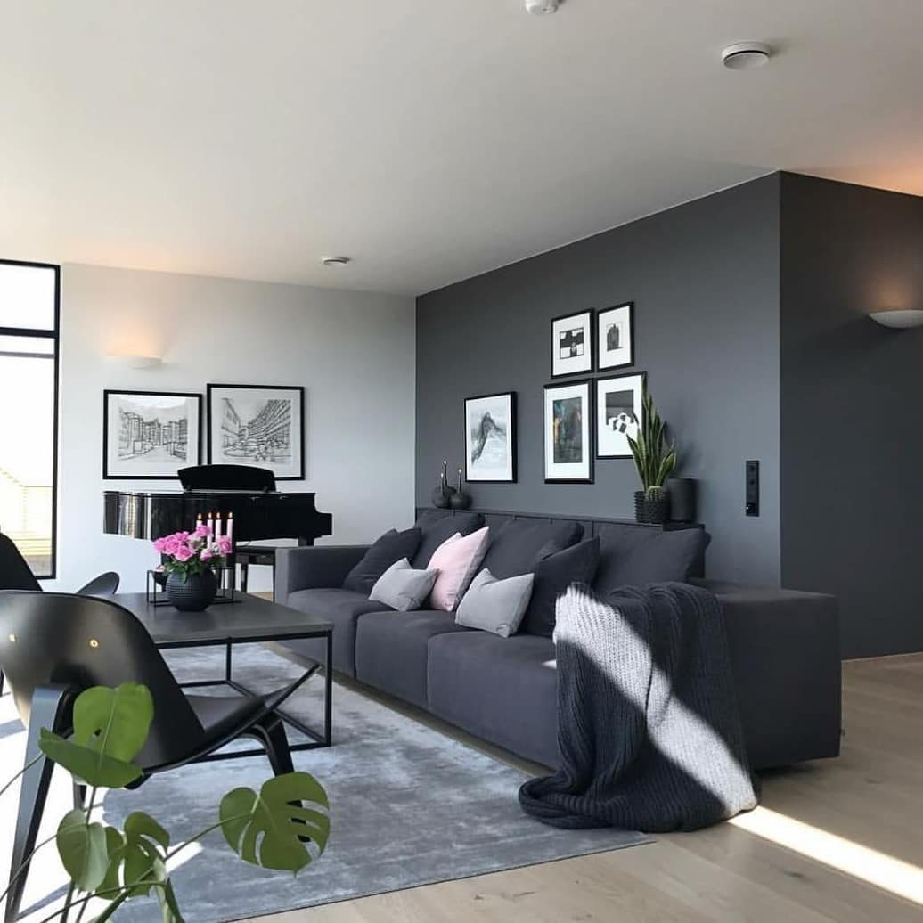 sofa cinza escuro em decoração monocromatica