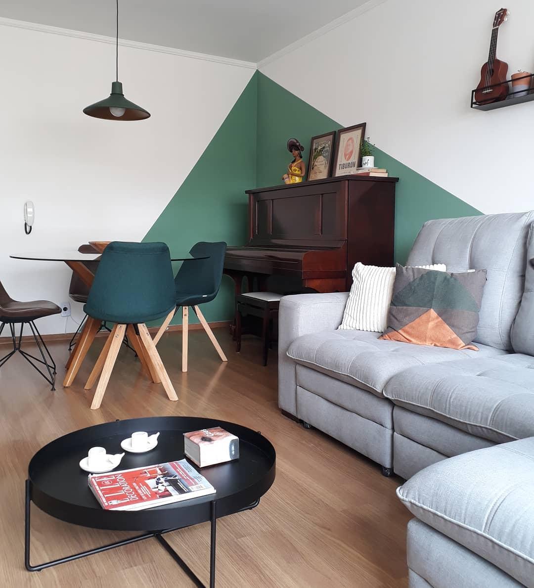 ambiente jovem e moderno com sofa cinza