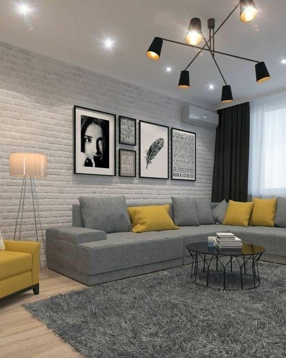sofa cinza e decoração em amarelo