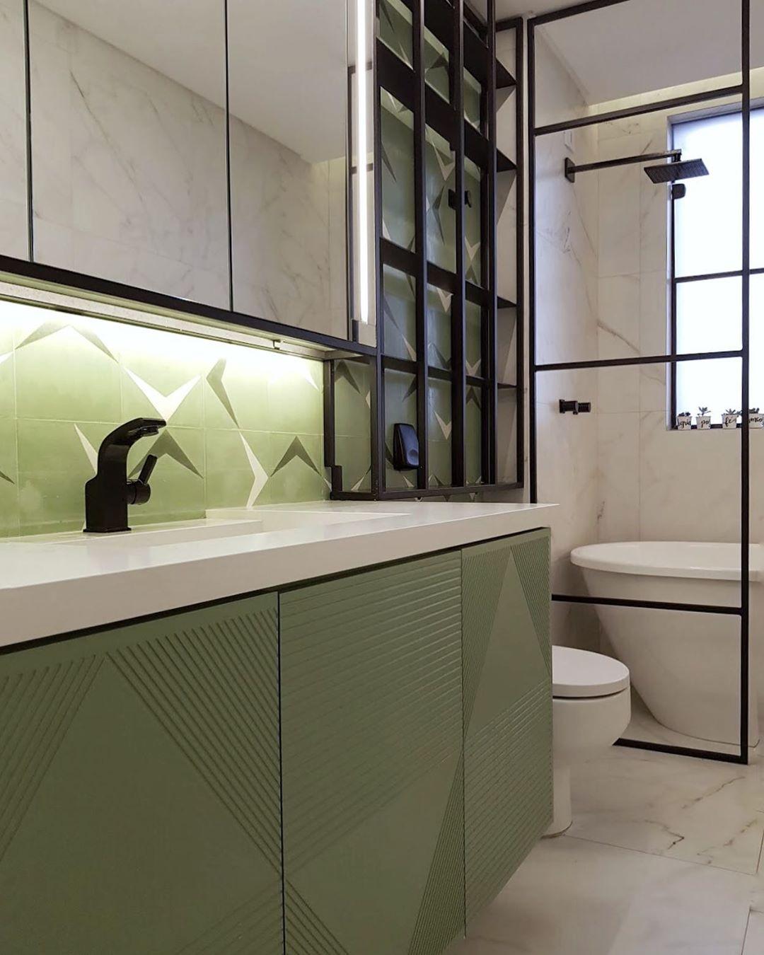 banheiro verde com detalhes pretos