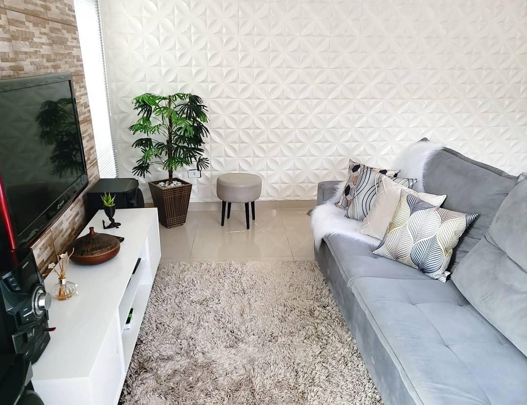 apartamento pequeno com sofa cinza