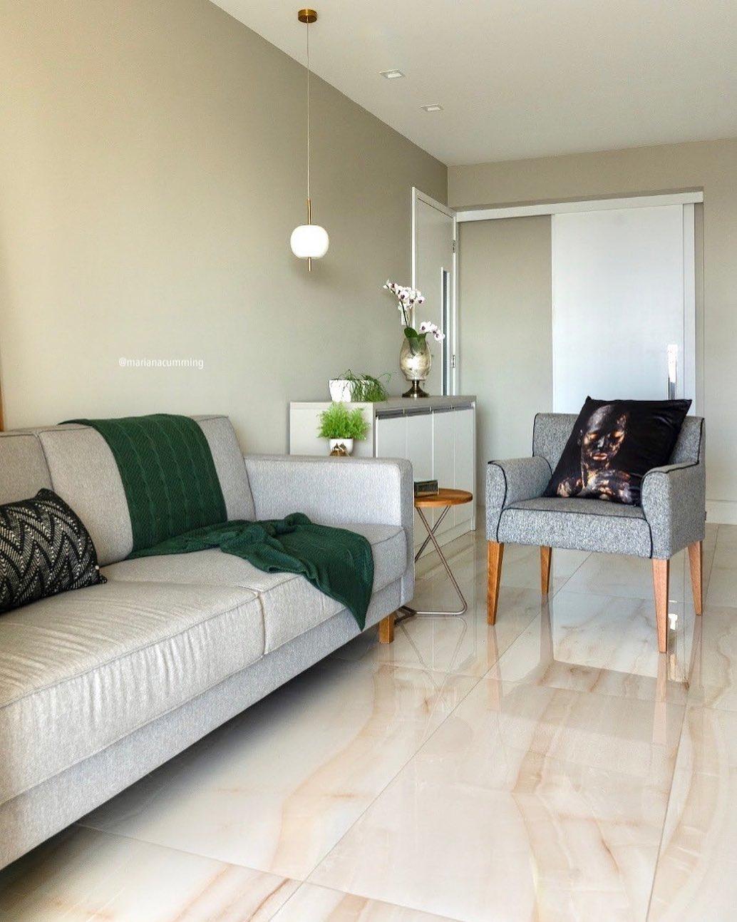 sofa e poltrona cinza em sala neutra