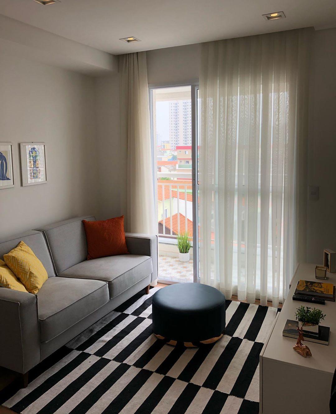 sala simples com sofa cinza