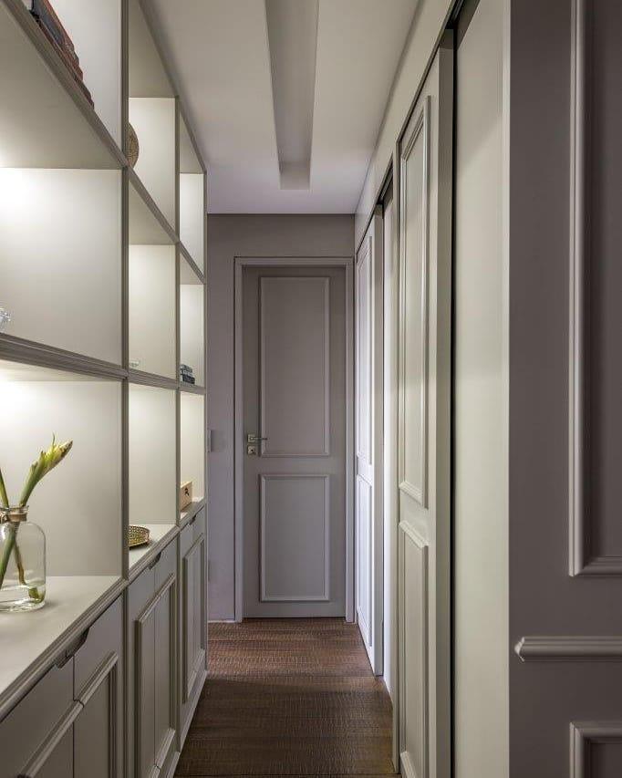 corredor estilo classico com boiseries e nichos