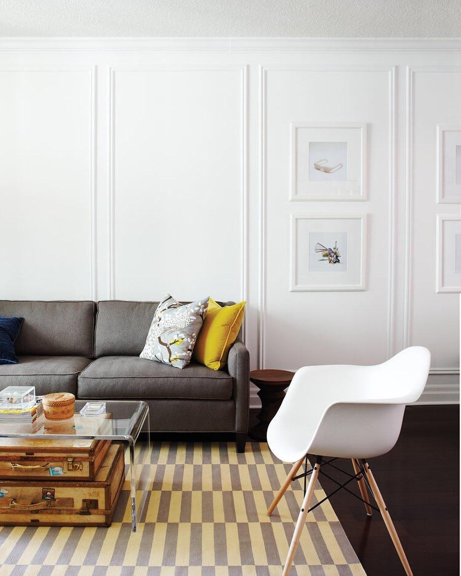 sofa cinza chumbo moderno em sala com boiserie
