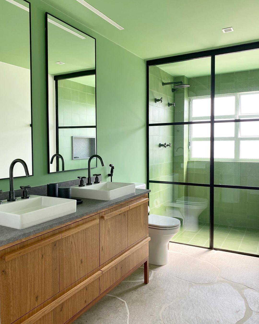 banheiro com pintura verde e detalhes em preto