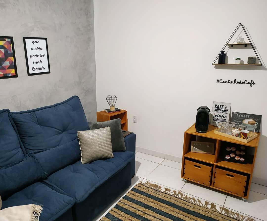 sala simples com sofa azul