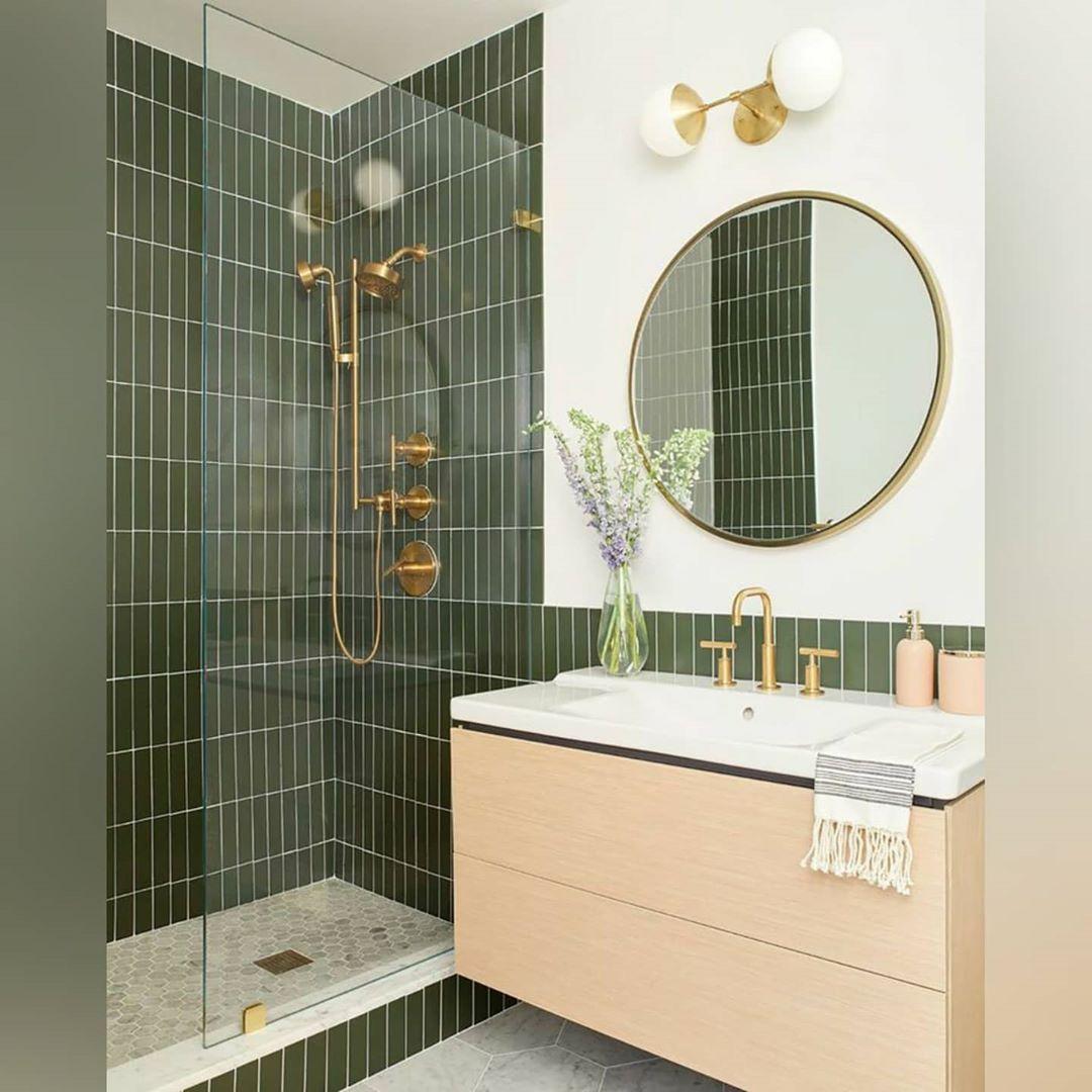 banheiro verde musgo e branco