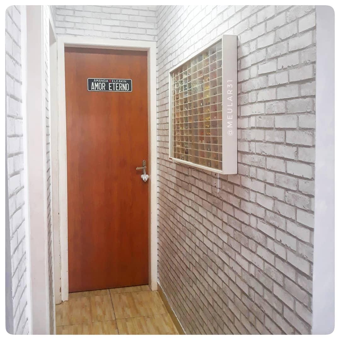 corredor decorado com papel de parde de tijolinhos