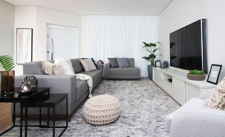 sofa e poltrona cinza em sala moderna