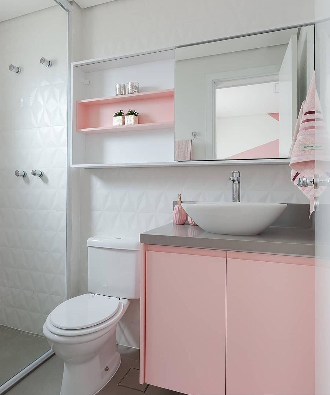 banheiro rosa com branco e cinza