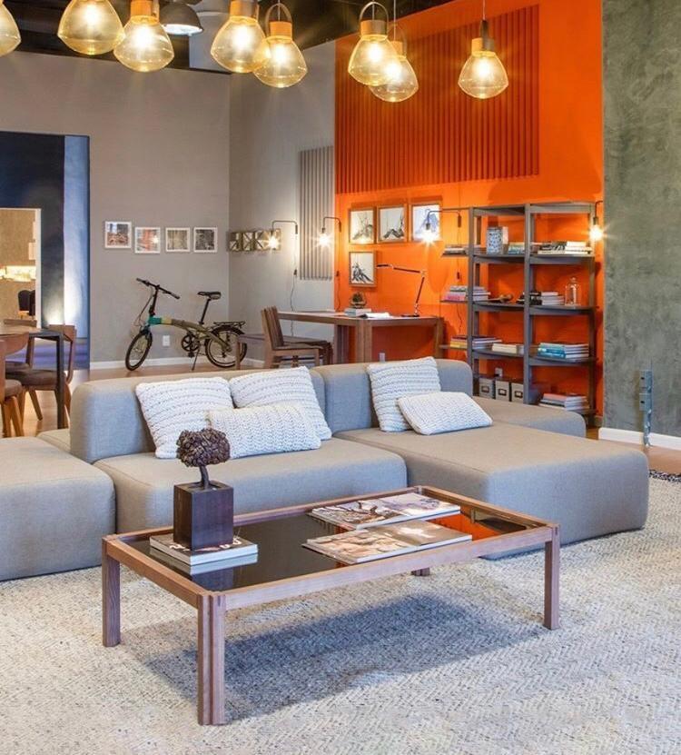 sofa cinza despojado em ambiente moderno