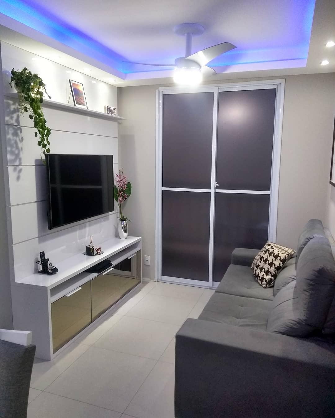 sofa cinza em sala pequena