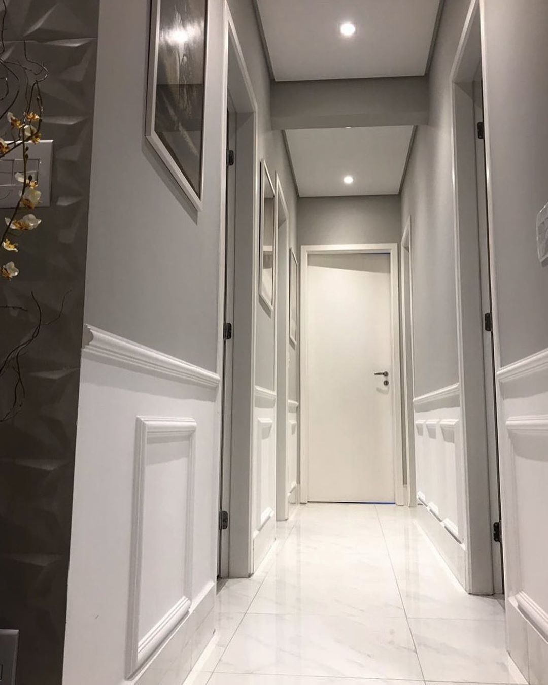 corredor decorado com boiseries