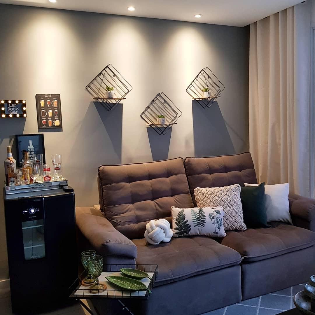 sofaa cinza escuro retratil com almofadas