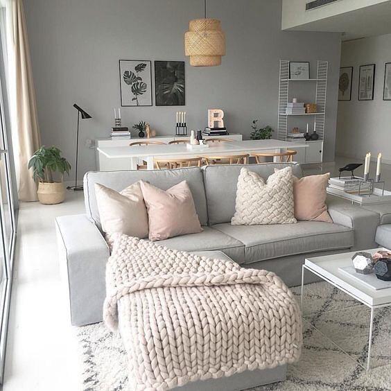 sofá cinza com chaise e decoração feminina