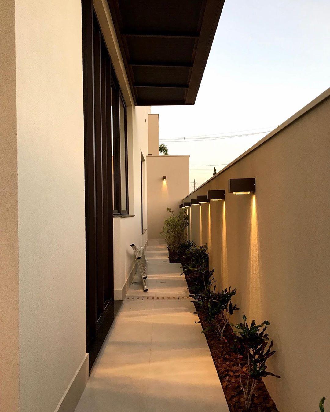 corredor externo decorado com arandelas