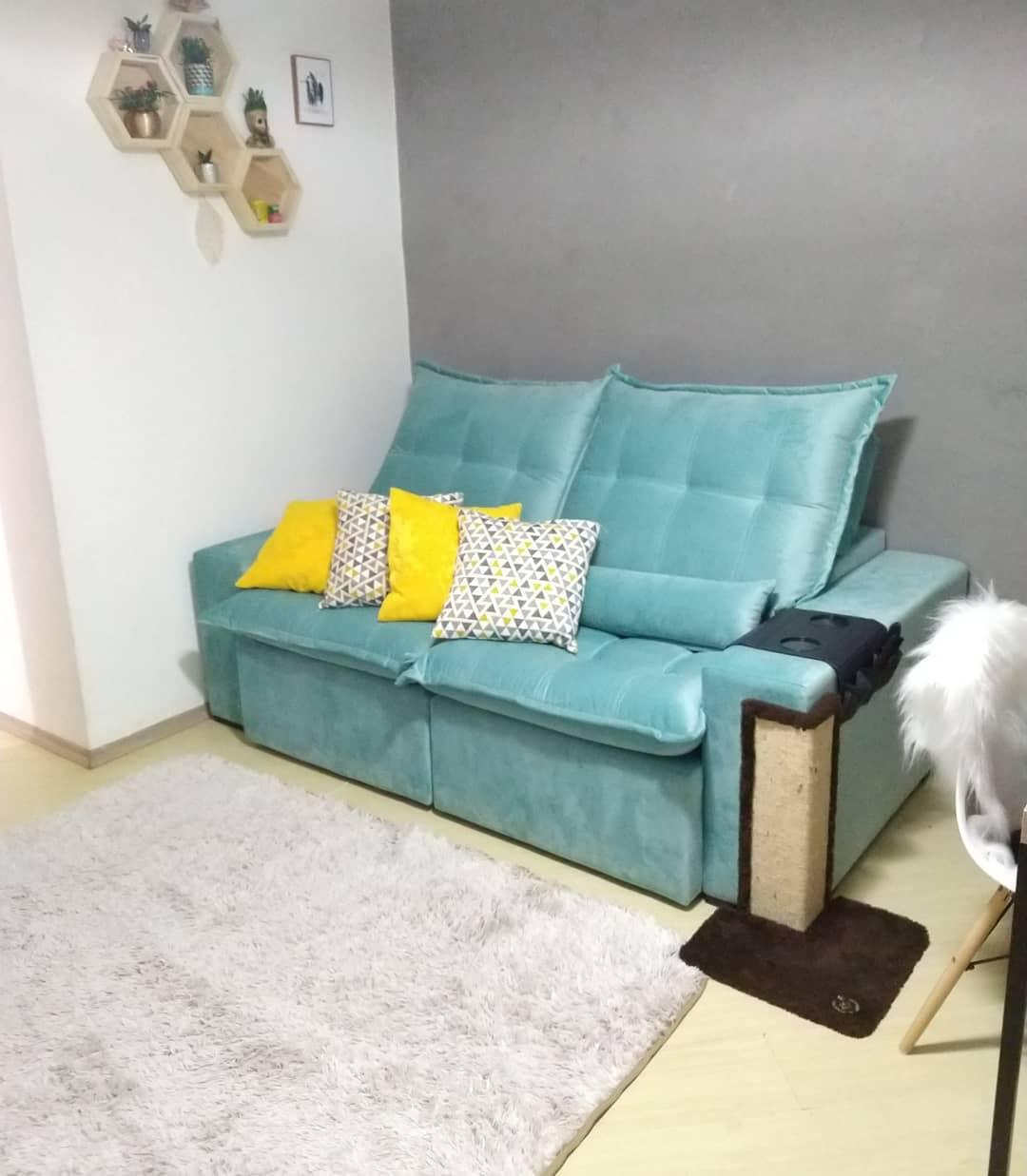 sofa azul turquesa com almofadas amarelas