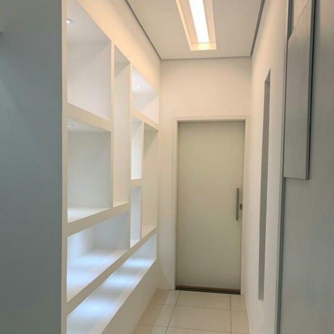 corredor clean com nichos iluminados