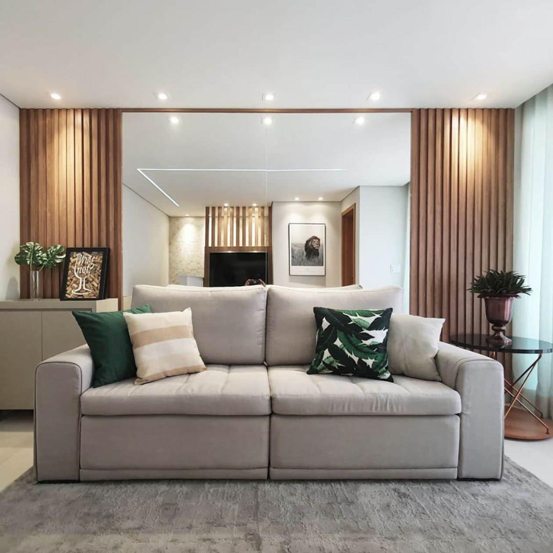 sofa cinza claro de linho em sala luxuosa