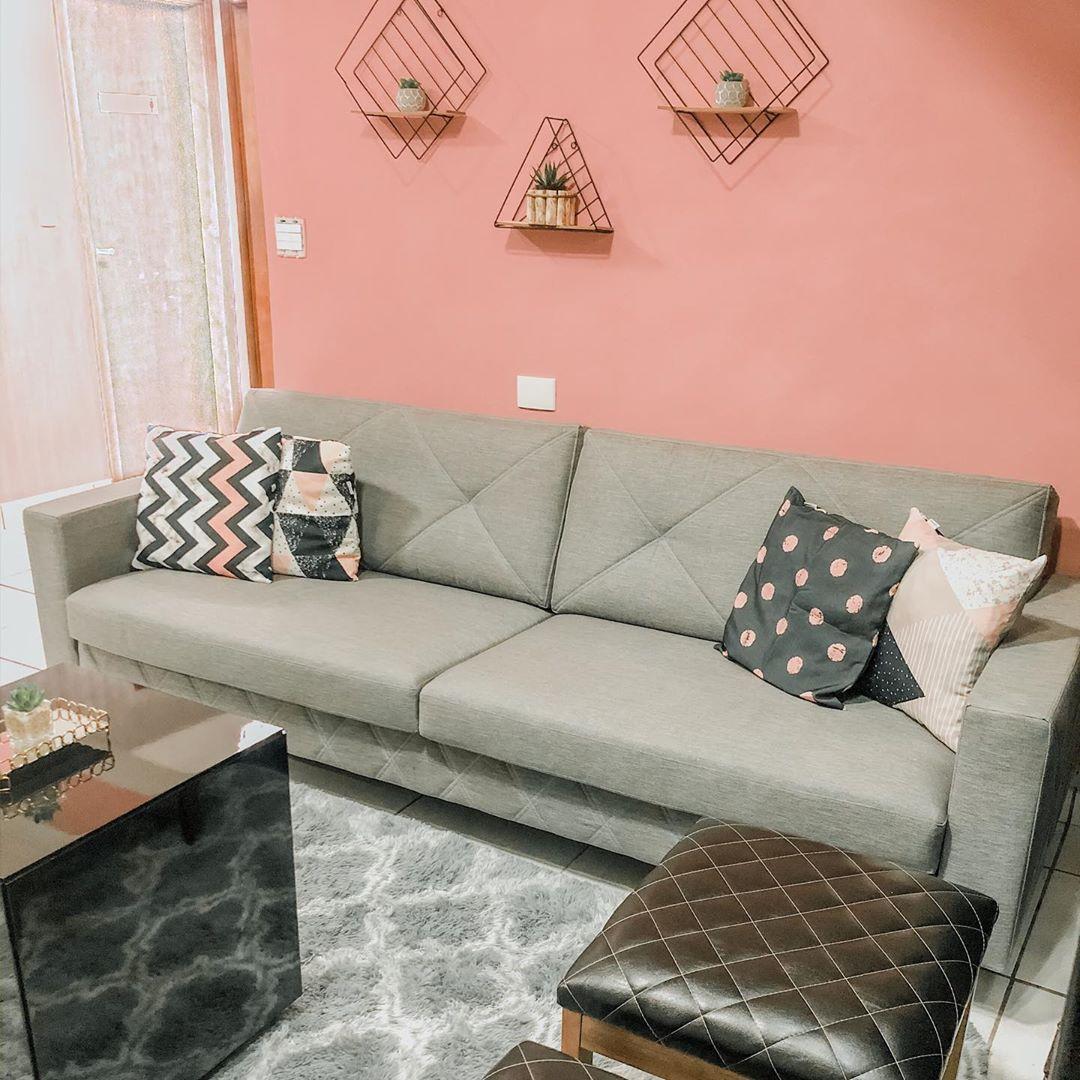 sofa cinza claro e parede rosa