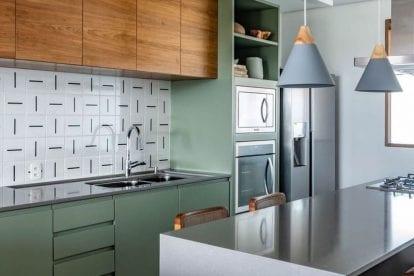 cozinha verde com madeira pequena minimalista