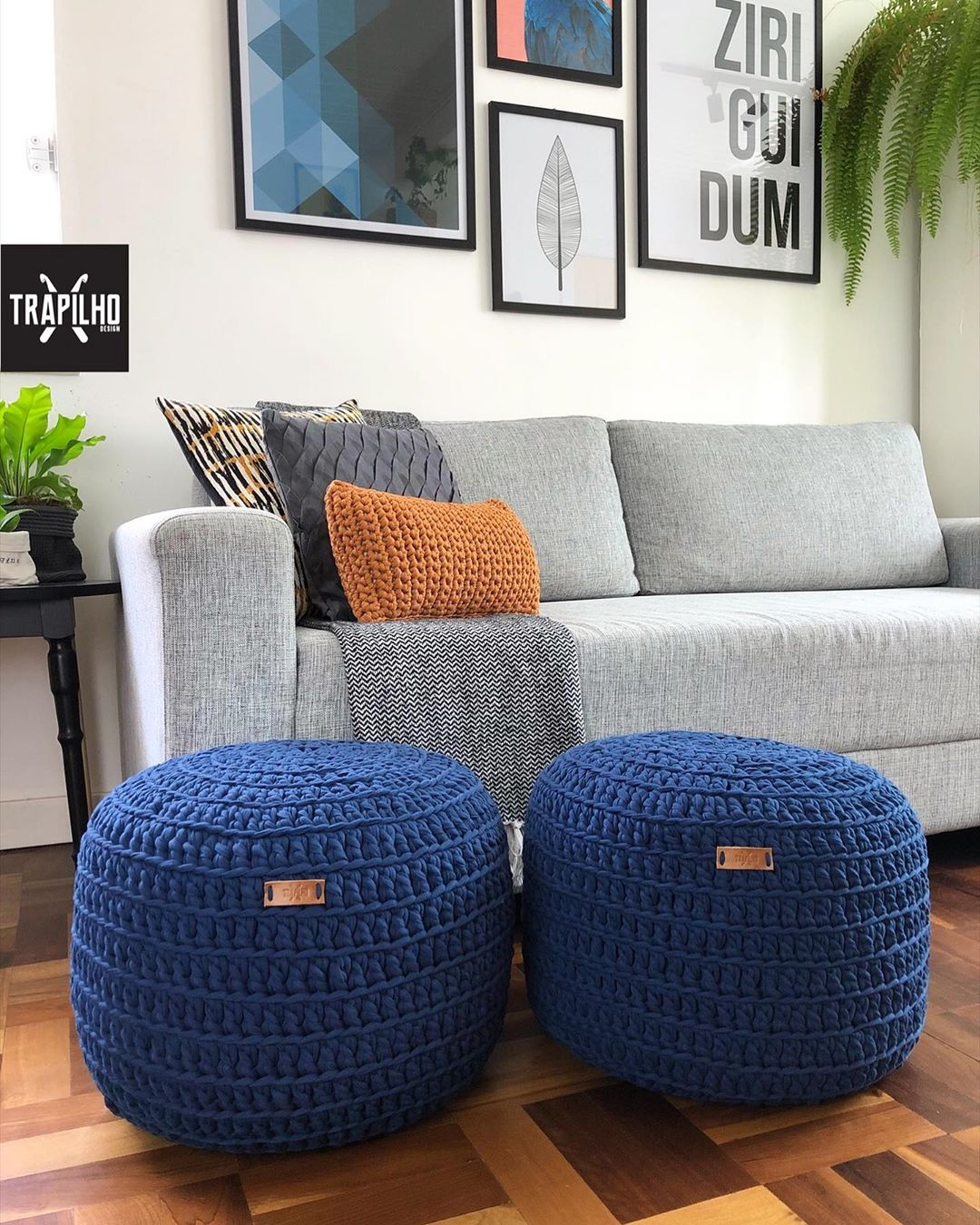 sofa cinza claro com pufes e almofadas coloridos
