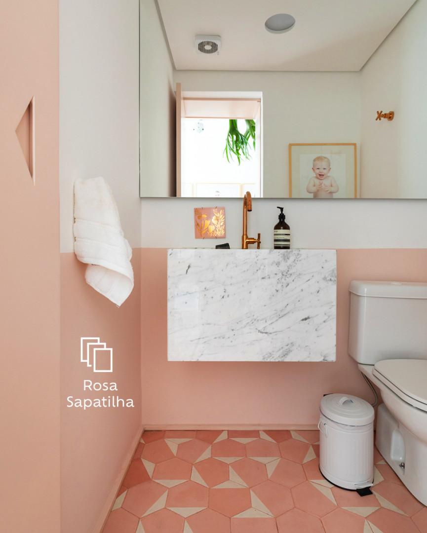 banheiro branco com meia parede rosa