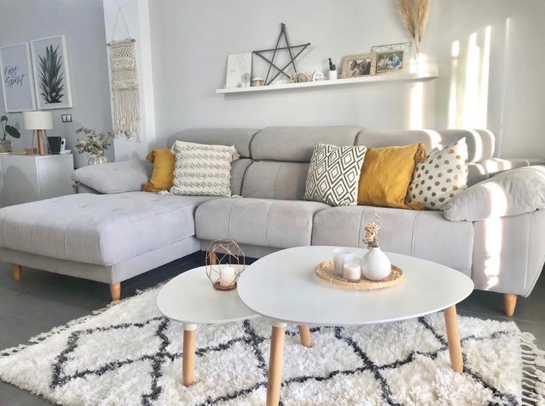 sofa cinza claro com almofadas amarelas