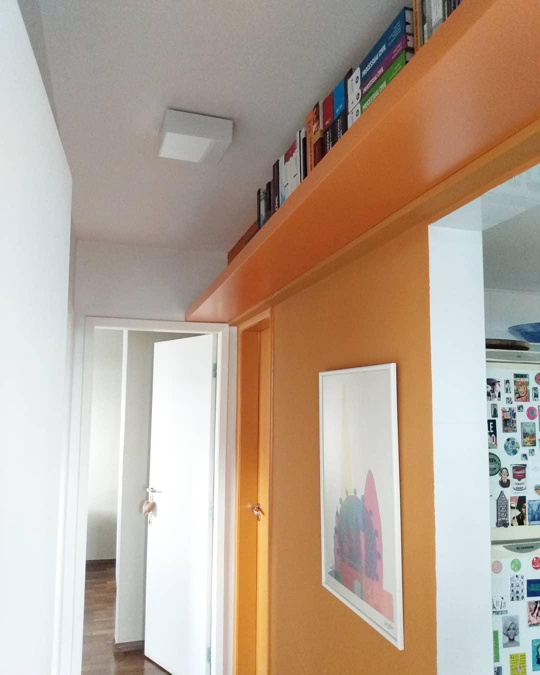 prateleira para livros em corredor