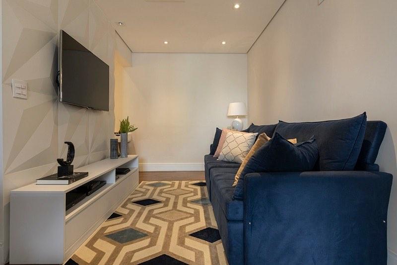 sofa azul marinho em sala moderna e pequena